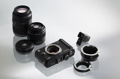 Гибридные камеры  Гибридные камеры появились в продаже совсем недавно и представляют собой нечто среднее между зеркалками и компактами. От первых они унаследовали большую матрицу, сменную оптику, а также богатый функционал, однако им не досталось главного — оптического видоискателя и зеркала. Как в компактах и SLT-камерах, визирование в гибридных камерах осуществляется по дисплею или через электронный видоискатель. Как следствие, гибридные модели имеют сравнительно небольшие габариты и обеспечивают высокое качество изображения.